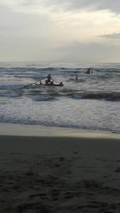 Lido di Camaiore_Due pattini in azione per soccorrere 4 turisti francesi. Giorno feriale dopo il 15 di settembre.